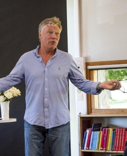 Hyllet Shakespeare: Skuespiller Kim Haugen tok turen til Larvik bibliotek lørdag, i anledning 400-års jubileet for William Shakespeares død.foto: vårin alme