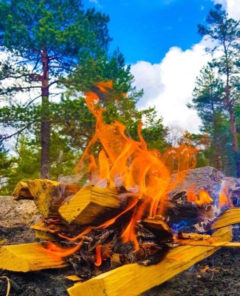 Bål: Forbudet er nå opphevet, men man må fortsatt søke om å tenne opp ild i og i nærheten av skog og utmark frem til 15. september. Foto: Helene Back