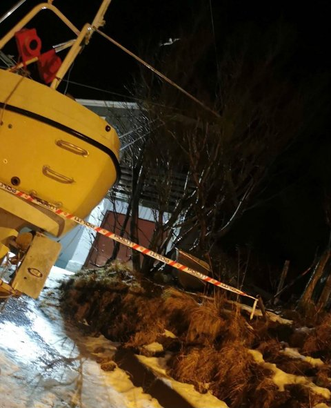 På en adresse i Nordvågen har politiet sperret av.