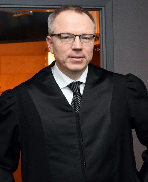 BLIR TRODD: Syvbarnsmoren fra Dokka, med sin advokat Jostein Løken.