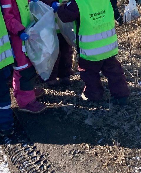MILJØDETEKTIVER: Barna syntes det var spennende å se hva slags søppel de fant rundt omkring på isen.