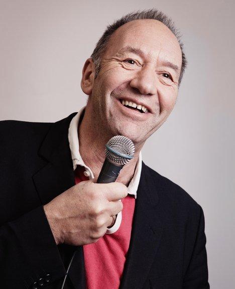Ståopp-komikeren Jånni Kristiansen trenger ikke mye stæsj for å stå på en scene. Det holder med en mikrofon.