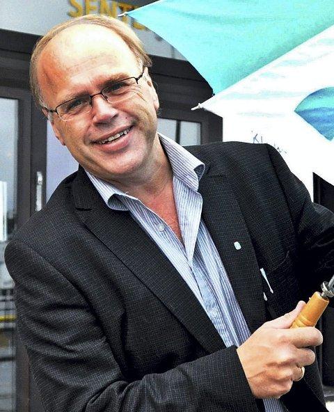 Hegerberg, som har en lang journalistisk karriere bak seg, har skrevet flere bøker og er nå ansatt i Kristiansund kommune som oljerådgiver.