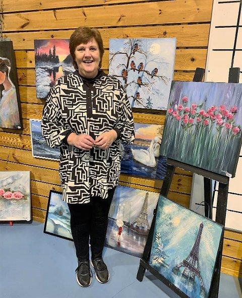 Elna Bauge driv med kunstmåling og synest digital julemarknad på facebook er ein veldig god ide i korona-tid.