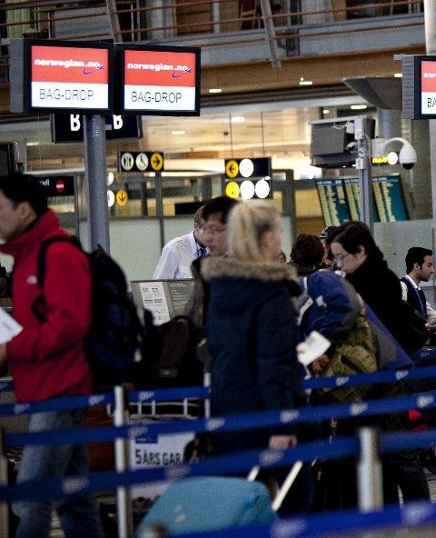 Kø: Veldig mange nordmenn flyr ikke, mens en ganske liten gruppe av nordmenn flyr veldig mye, langt over 100 reiser i året.Foto Scanpix bagasjedrop-off på avgangsterminalen på Gardemoen søndag Foto: Anette Karlsen / NTB scanpix Karlsen, Anette