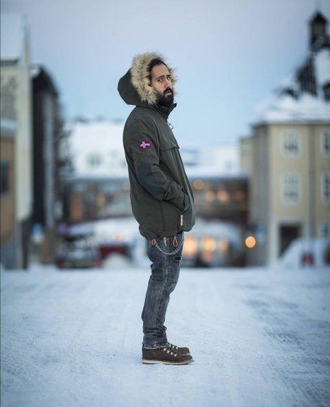 Nikan bor fremdeles i Harstad. Arash flyktet fra Iran året etter og bor også i byen som fribymusiker.
