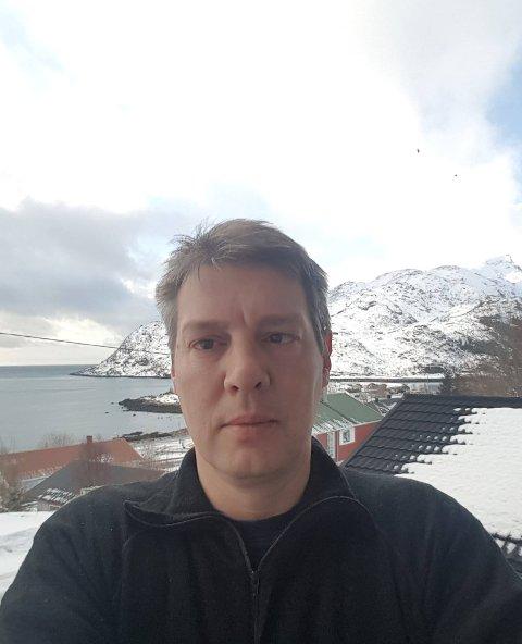 BRØYTING: Kontrollutvalget i Flakstad og leder Raymond Abelsen skal vurdere brøytekontrakten kommunen har inngått.