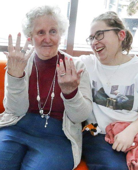 FINE: Bjarnhild Kristiansen er fornøyd med å få lakket neglene sine når Rebecca Julås er på besøk.