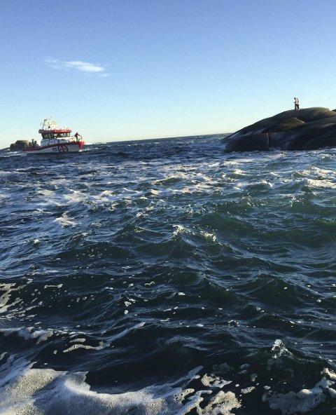 Ble reddet: Her har redningsskøyta fått kontakt med de to mennene på holmen ved Svenner. Foto: Ove Munthe-Dahl