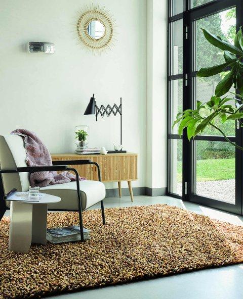 Et stort, mykt teppe på gulvet i nærheten av spiseplassen bidrar også som støydemper. Jo større dess bedre.