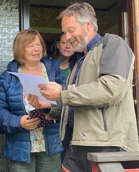 Fortviler: Stortingsrepresentant Siv Mossleth og sauebonde Roald Hansen i Hamarøy  vet ikke om de skal le eller gråte over svaret fra klima- og miljøministeren. Begge er fortvilte over  hvordan gauper herjer i sauebesetningene i kommunen.
