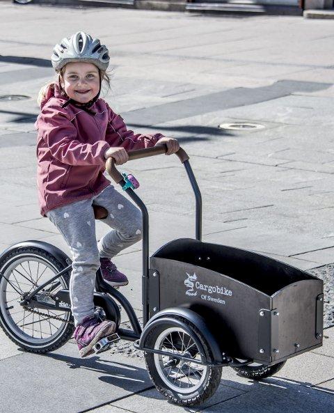 Tuva Hoås Andersen (5) vil heller sykle enn å kjøre bil. - Det er kjedelig å kjøre bil, sier hun.