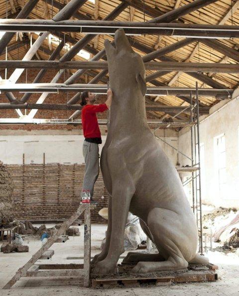 RUVER: Denne fem meter høye hundeskulpturen skal plasseres mellom den nye ungdomsskolen og Strandpromenaden. Her er kunster Erik Pirolt i arbeid.