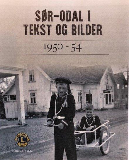 FORSIDEN: Odd Erik Kristoffersen drar kjerra med Per K. Rundén. Bildet er tatt 17. mai 1954 foran Ihlers Landhandleri, også kalt Martemobutikken, i Ullern. Her var det også bensinstasjon og kafeteria. Bestemor til Per stod opp grytidlig hver dag og bakte wienerbrød som var rykende ferske da Solørbussen tok en stopp her, full av arbeidsfolk som skulle på jobb i Oslo.