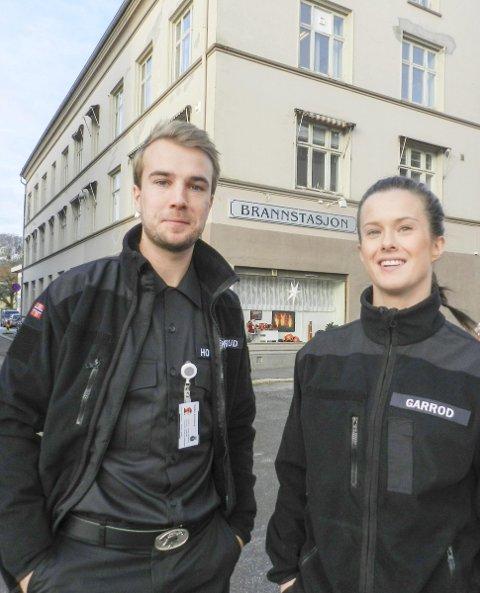 KVALIFISERTE: Frida Garrod og Lasse Hovelsrud Oddevald er begge utdannet som branningeniører ved Høgskolen i Haugesund. De gleder seg veldig over at begge er i ny jobb her i Halden. Begge foto: Steinar Omar Østli