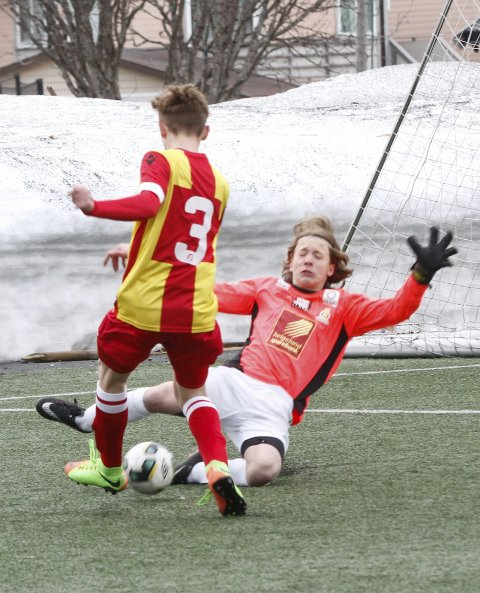 REDNING: Trym Svensen Kvien med redning i første omgang.