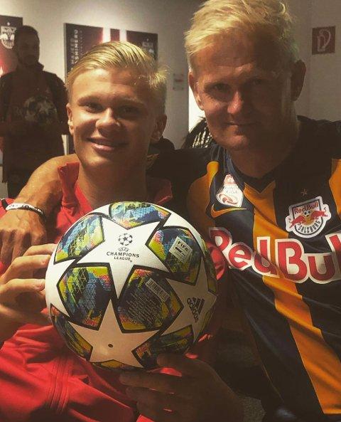 FAR OG SØNN: Erling Braut Haaland kunne smile bredt etter tre scoringer i Champions League-debuten. Her sammen med far, Alf Inge.