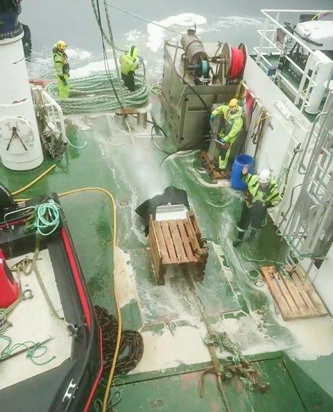 Vasking av brukt tau ombord på arbeidsbåten Nova Master, som skal bli til stoler hos NCP.