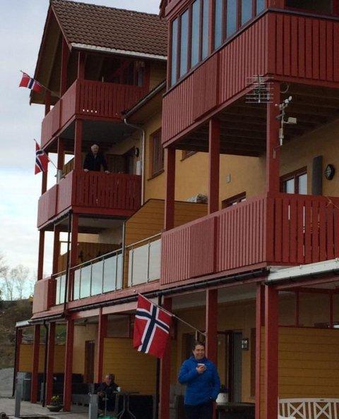 Langfredag fekk bebuarane i Beinavikjo i Uskedalen servert ein minikonsert rett utanfor stovevindauga.