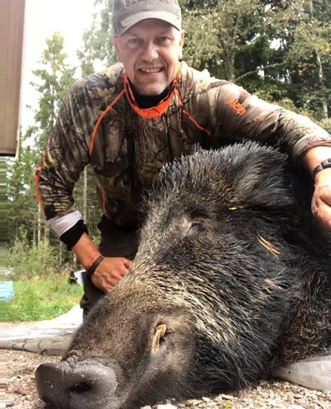 VILLSVINJEGER: Mikael Djurstedt fra Ås er en ivrig villsvinjeger. I disse dager er han i Sverige for jakte.