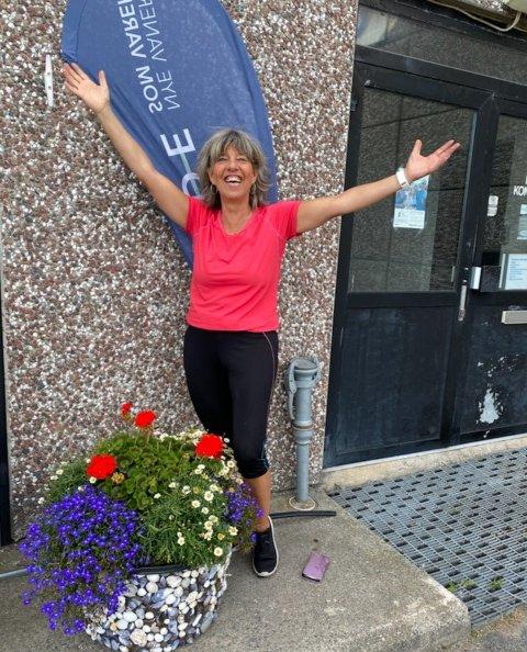 JUBLER: Nicole Marlis Barbara Fongen jobber som psykologisk rådgiver, og har for vane å se det positive i ting. Da den spesiallagde yndlingspotta ble stjålet gikk hun ut i lokalavisa og ba om hjelp - som hjalp! Potta og eier er lykkelig gjenforent.