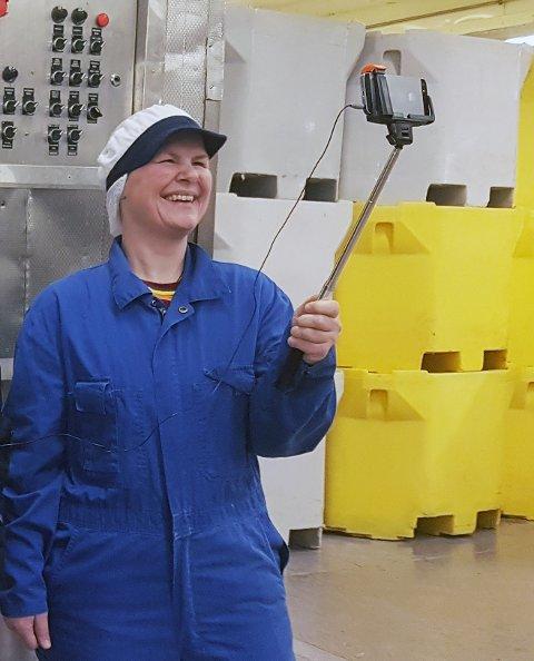 Lisbeth Drotz filmer ved besøk på en sjømatbedrift.