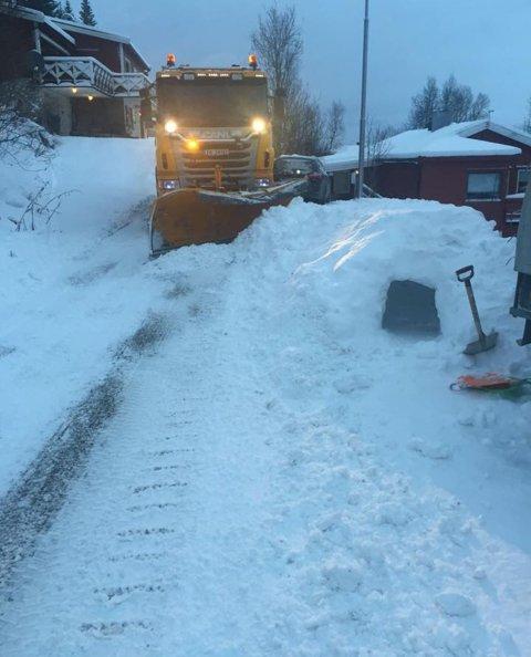 LIVSFARLIG: Snøhuler i veibanen skaper ekstremt farlige situasjoner for lekende barn.