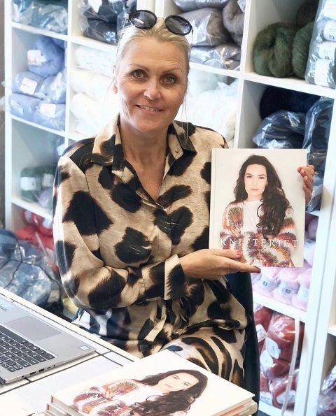 STRIKKEDILLA: Mona Nilsen (48) har laget strikkeboka «Knitteriet». Samtidig styrer hun Instagram-kontoen med samme navn, som har over 30.000 følgere.