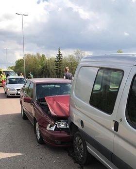 KRASJ: Tre biler krasjet i hverandre på E6 ved Moss lufthavn Rygge.