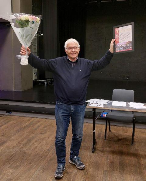 HEDRET: Ole Henrik Krokstrand mottar beviset på æresmedlemskapet