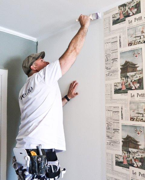 Lim påføres med rulle på veggen. Ved tak- og fotlister og inne i hjørner bør tapetlimet påføres med pensel.