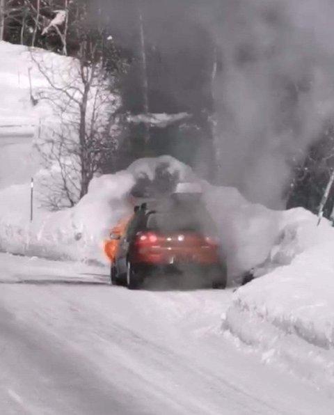 BILBRANN: Ein bil tok til å brenna i Hodlekve onsdag ettermiddag.