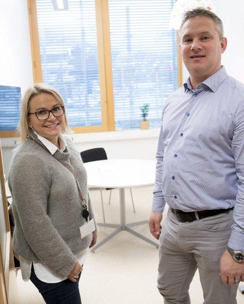 ÅPEN DØR: Veileder Sesilie Ådland og leder for Karriere Hordaland Kjell Helge Kleppestø har åpen dør for dem over 19 år.FOTO: ARNE RISTESUND