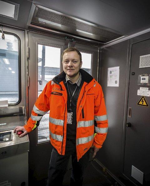 PROBLEMER: Erland Korsgård i Avinor konstaterer at de flunkende nye flybroene må byttes ut på Gardermoen. Jobben vil ta ett helt år før alle ti broene er byttet ut.