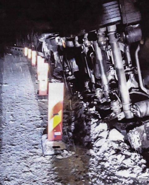 TRAILERVELT: I desember veltet et vogntog langs E134 i Vest-Telemark. Nå har Statens vegvesen sendt regning på skadene.