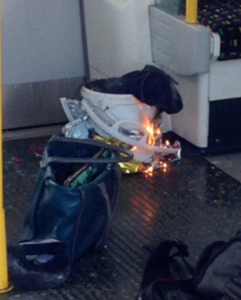Flammer er synlige rundt bøtten som skal ha eksplodert inne på T-banen i London.
