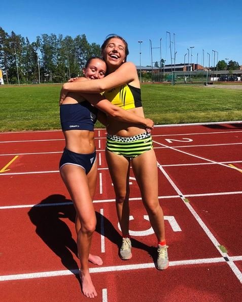 GLISET: Nora Wold (til venstre) blir gratulert av Josefine Tomine Eriksen etter seieren på 400 meter i Tønsberg.