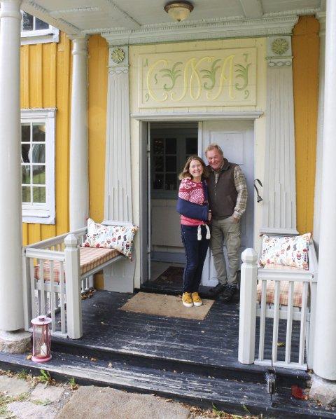 Sus av tida som har gått: I 1799 ble Agerup-huset ombygget til slik det er i dag, og byggherre Christen Nielsen Agerups initialer står over døra. Foto: Nina Therese Blix