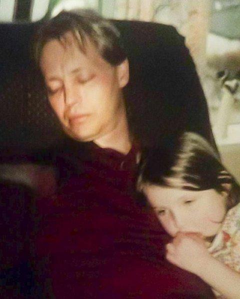 STORT FORBILDE: Som liten kunne Lena alltid føle seg trygg i farens favn. De har fortsatt et veldig sterkt forhold, og Lena ringer ofte hjem.