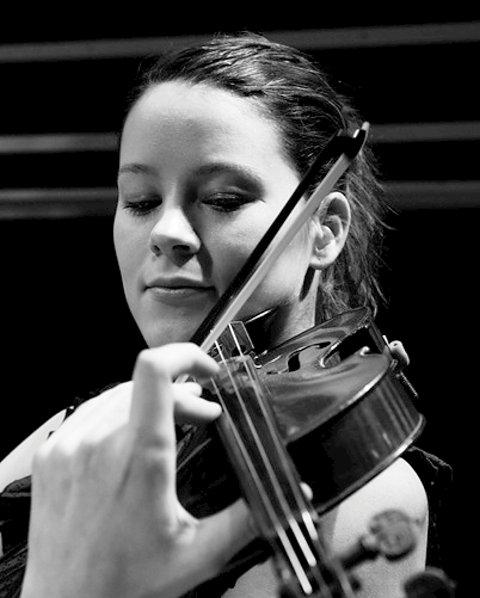 Rannveig Ryeng er kveldens fiolinist.