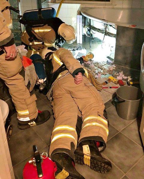 UNDERSØKER: Her sjekker brannmannskapet boblebadet i etterkant av brannen.