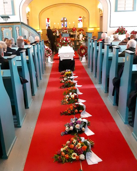 Blomar og kransar: EI rekkje blomar og kransar ved båra til Åge Hovengen i Lomen kyrkje.