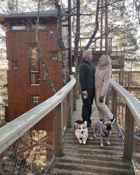 Celina Karine Myhra og kjæresten Sivert Remen, sammen med deres firbente familie, besøkte trehyttene i Gjerstad for andre gang i år. Dette deler hun med sine 60.000 følgere på sosiale medier.