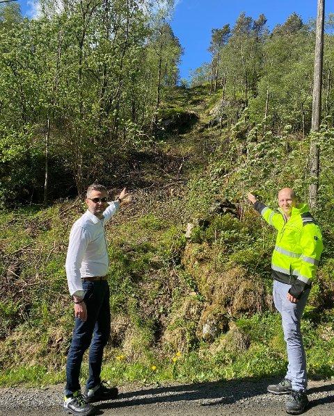 Ordfører Per Sverre Kvinlaug og ingeniør Kåre Edvardsen viser klargjort trasé til basestasjon på Ulland. Ulland er et samarbeidsprosjekt mellom Kvinesdal og Farsund kommune.