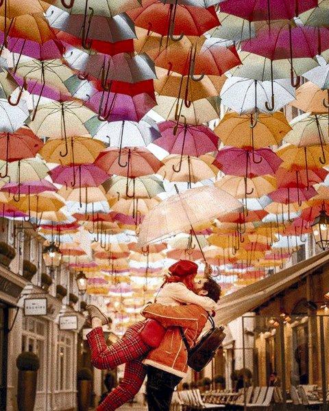 Paraplykunst: En himmel full av paraplyer slik kunstverket ble vist i Paris.