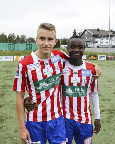 TRIVES I RØDT OG HVITT: Martin Hoel Andersen (tv) og Brice Wembangomo avgjorde gårsdagens rekruttkamp mot Kråkerøy på Strupe.