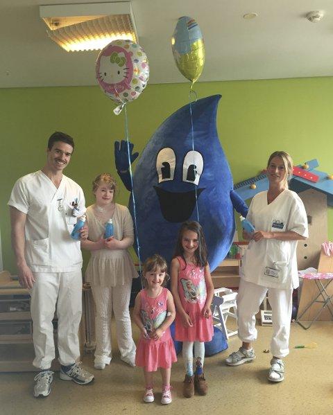 Ja til vann: Både store og små ved barneavdelingen på sykehuset satte pris på vannflaskene, og spesielt at Dråpen kom på besøk.