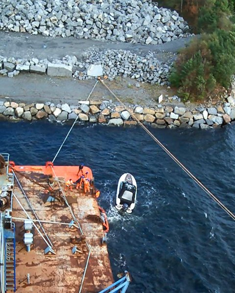 Uten innsatsen fra mannskapet, hadde den drivende båten blitt knust mot steinene i Svartebukt.