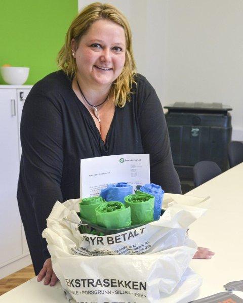 VIL SVARE: Slik ser startsettet ut for ferske søppelsorterere i Porsgrunn. Heidi Viki og kollegaene i Renovasjon i Grenland lover å svare på alle oppstartsspørsmål i august. FOTO: ELLEN ESBORG