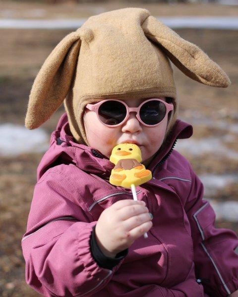 Hjemmepåske i år, men like fullt er det ikke langt til påskeharen og en kylling. Bildet er fullt av påskestemning, og sendt oss fra Nina Simensen Svebakken.